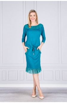 Sukienka z falbanami wiązana w pasie