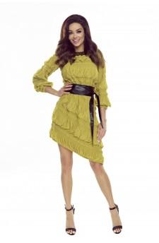 Taliowana sukienka z ozdobnymi gnieceniami, pasem z ekoskóry i asymetrycznym dołem