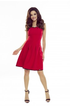 Rozkloszowana sukienka z dekoltem w serek z koronkowym wykończeniem